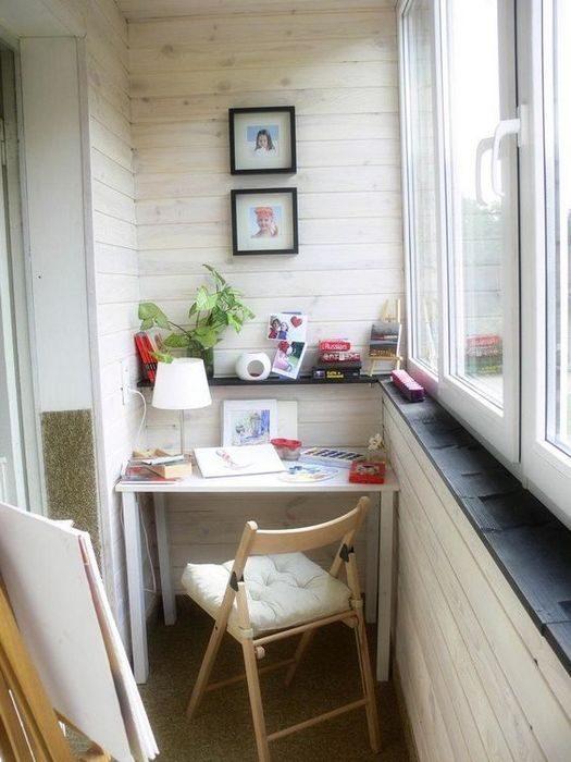 Застекленный балкон можно превратить в место для отдыха, даж.